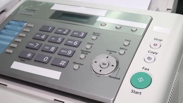 Hand Mann verwenden ein Faxgerät im Büro, Ausrüstung für die Datenübertragung