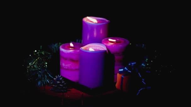 Nahaufnahme von brennenden Weihnachtskerzen. Postkarte. Weihnachts- und Neujahrsferien Konzept Hintergrund.