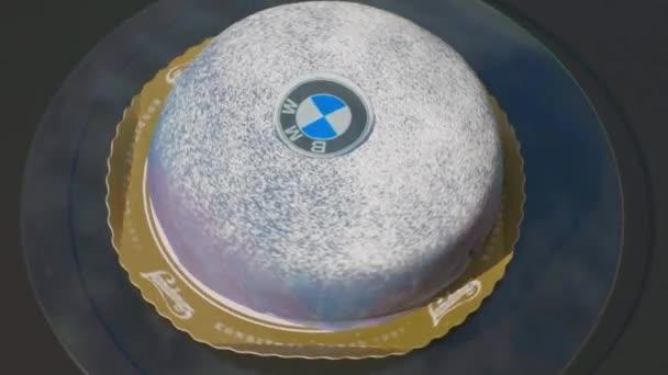Detailní pohled na krásný BMW dort na otočném talíři. Uppsala. Švédsko. 09.06.2021.