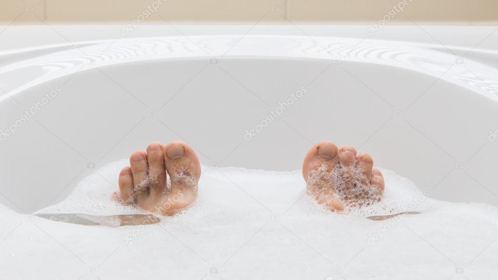 Vasca Da Bagno Piedini : Piedi degli uomini in una vasca da bagno selettivo fuoco sulle dita