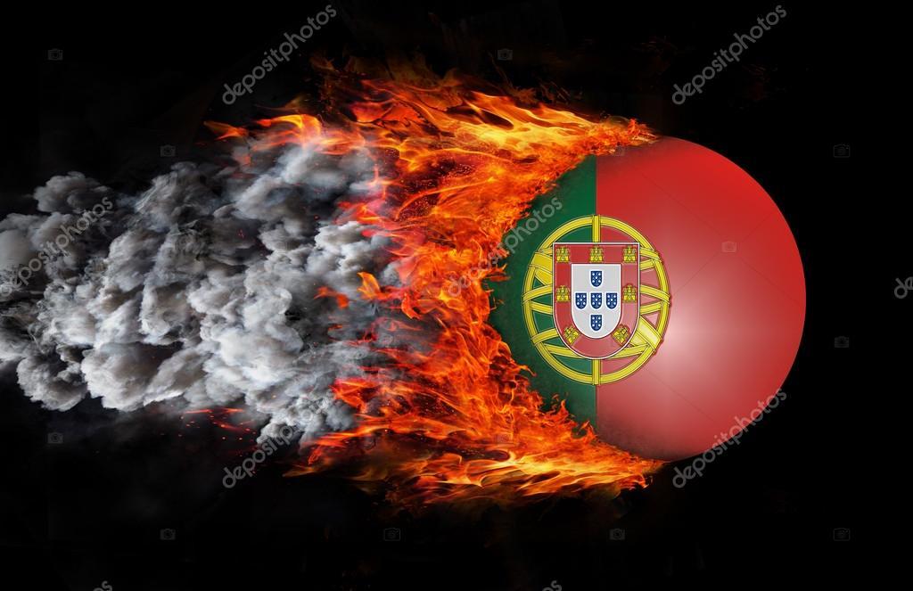 Bandeira com um rastro de fogo e fumaça - Portugal — Fotografia de Stock