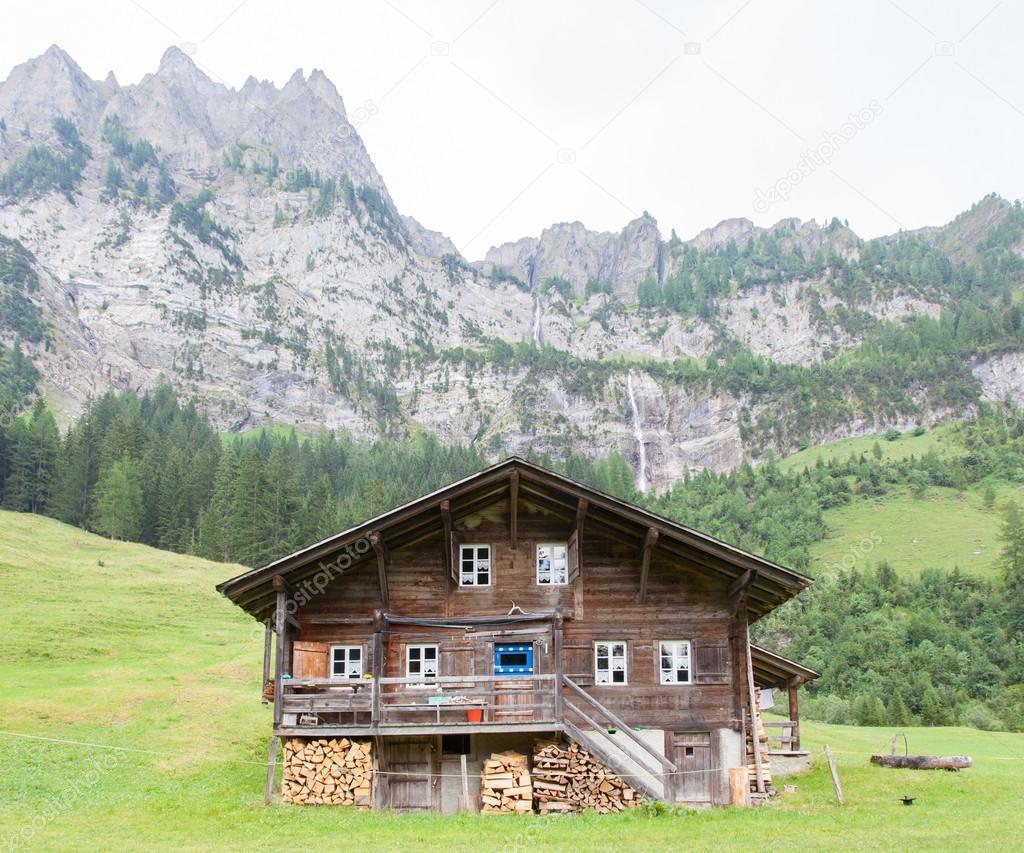 Im genes casas en los alpes casa t pica en los alpes suizos foto de stock michaklootwijk - Casas en los alpes suizos ...