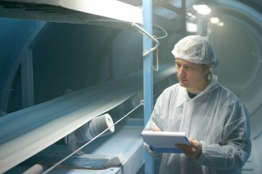 Worker controls the quality of sugar