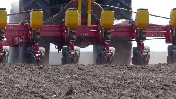 trattore e seminatrice piantare colture