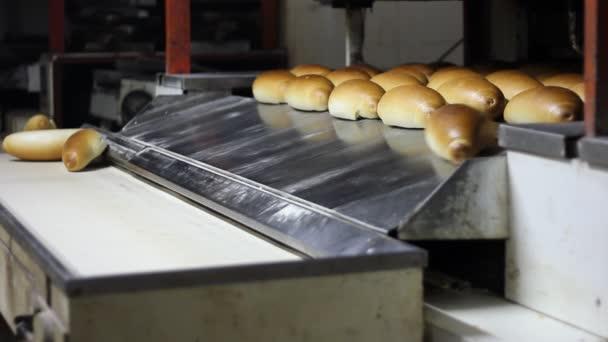 Upečený bochníků chleba v pekárně
