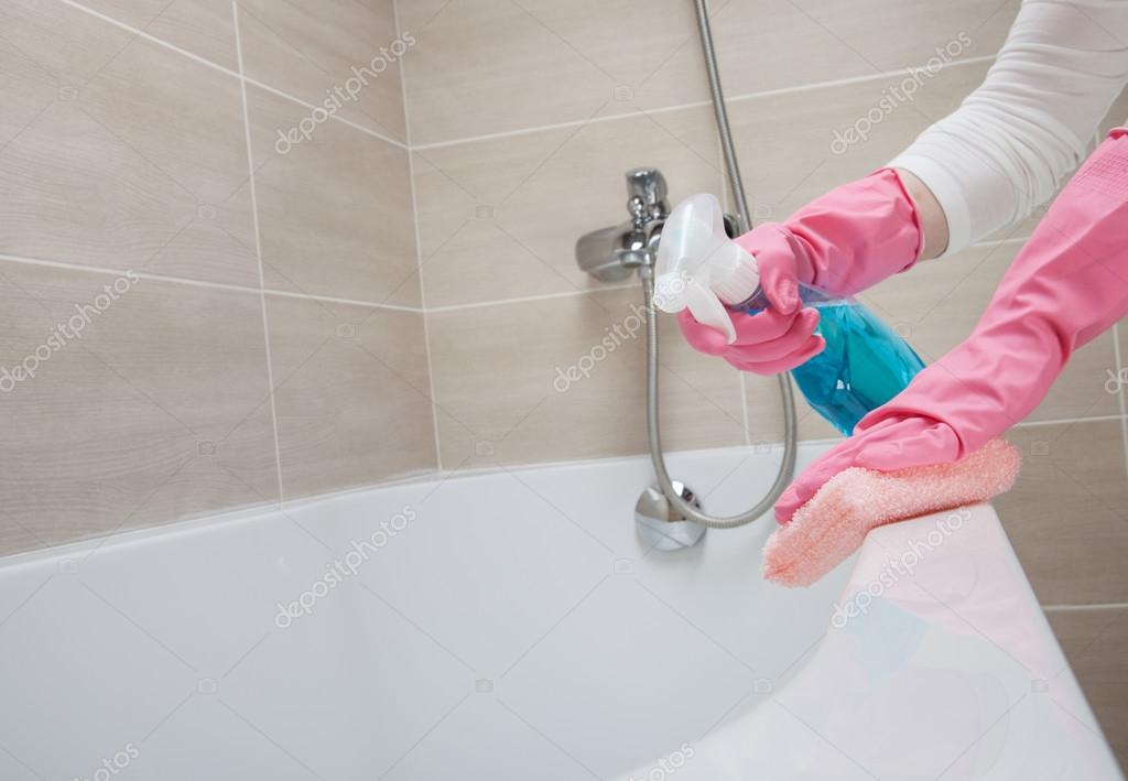Dienstmeid een badkamer schoonmaken — Stockfoto © zestmarina #109601746