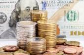 Fotografie mince na pozadí dolarů