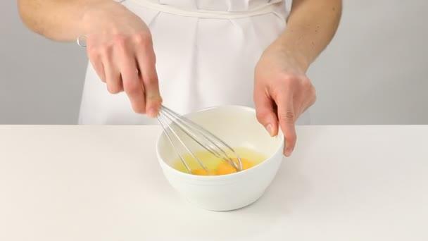 žena šlehání vajec s metla
