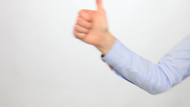 mostrando il pollice in su a mano