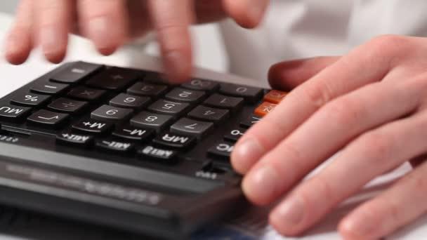 Ruce podnikatel pomocí kalkulačky