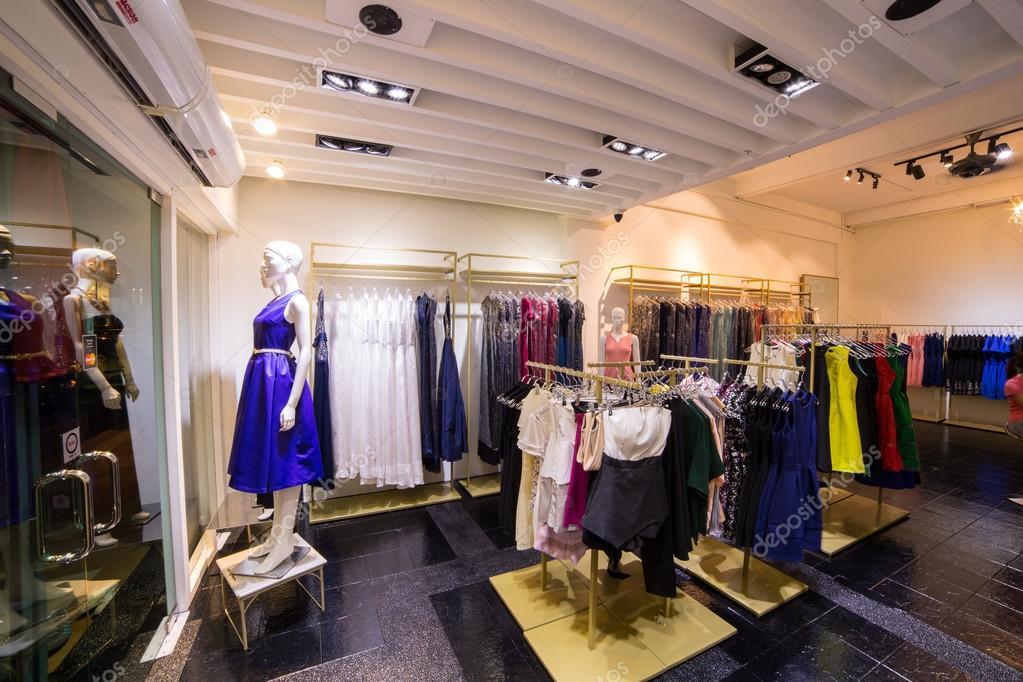 b9cabd96799 Vêtements boutique vêtements de mode de luxe intérieur en magasin — Image  de ...