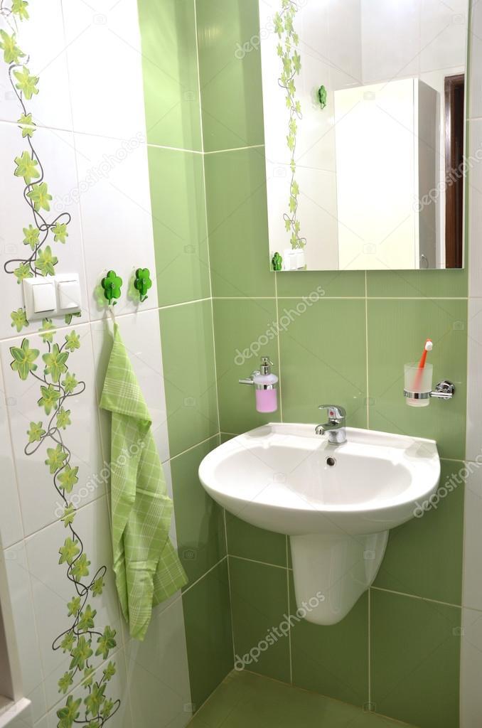 Einblick In Neue Frische Grün Weiß Geflieste Badezimmer U2014 Foto Von  Jozefculak