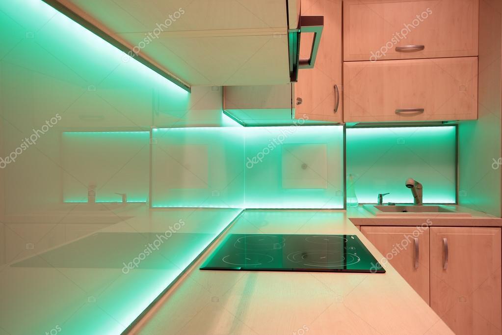 Cuisine de luxe moderne avec éclairage led vert ...