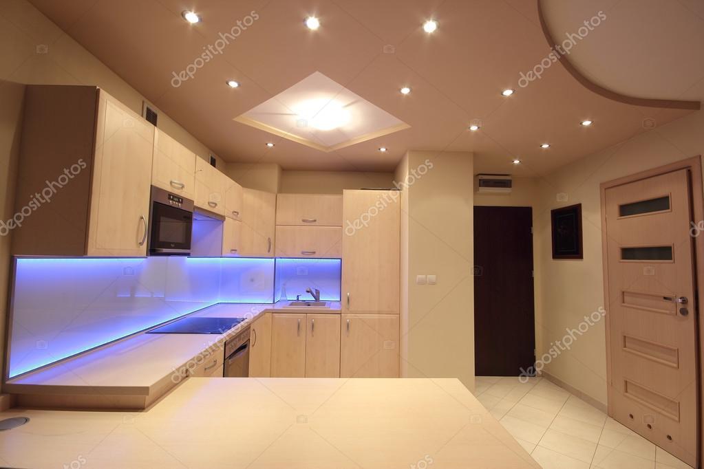 moderne Luxus-Küche mit lila led Beleuchtung — Stockfoto ...