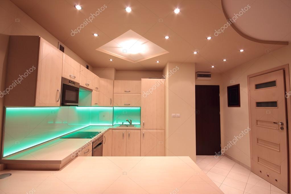 Cucina di lusso moderno con illuminazione led verde u2014 foto stock