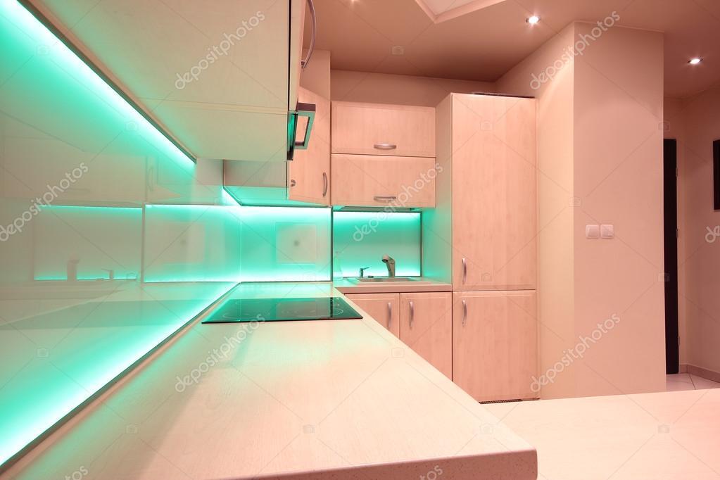 cucina di lusso moderno con illuminazione led verde — Foto Stock ...