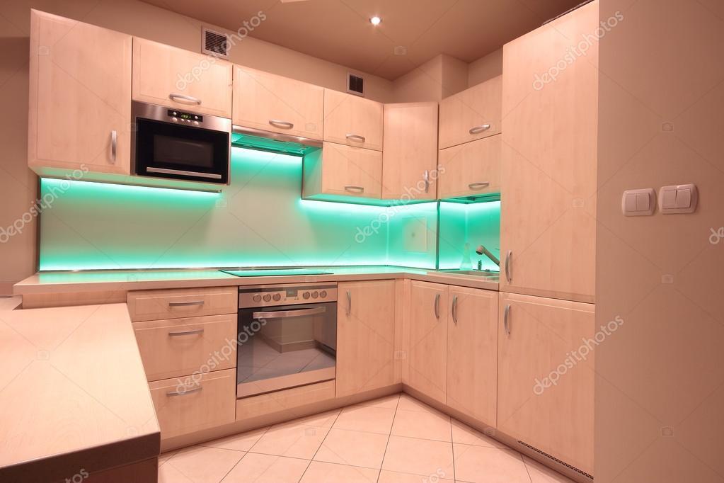 Cucina di lusso moderno con illuminazione led verde u foto stock