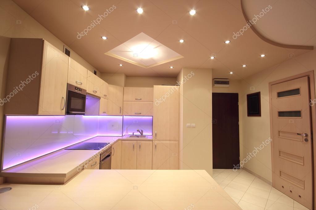 Cucina di lusso moderna con illuminazione a Led rosa — Foto Stock ...