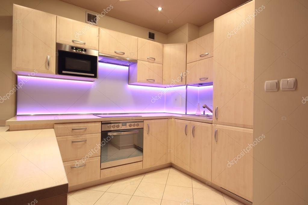 Moderne luxe keuken met roze Led-verlichting — Stockfoto ...