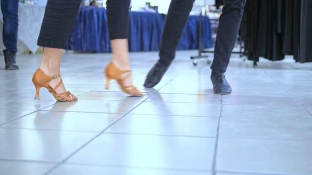 Füße von Standardtänzern in lässiger Kleidung und professionellen Schuhen