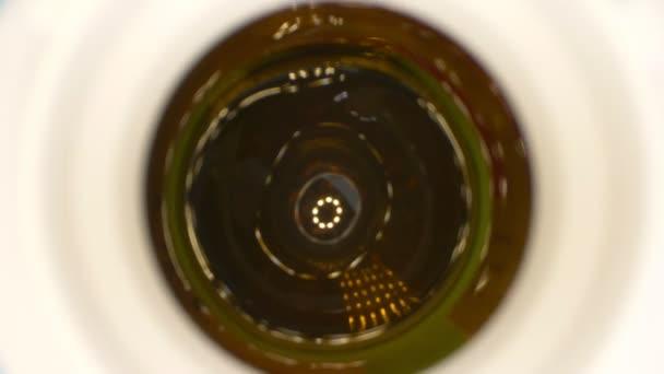 Extrem hautnah, detailliert. weiße Pillen in Herzform in einer Flasche