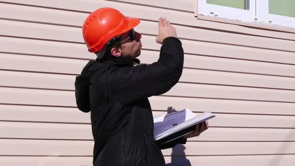 Dělník na stavbě v zimě mával rukama, řízení provozu