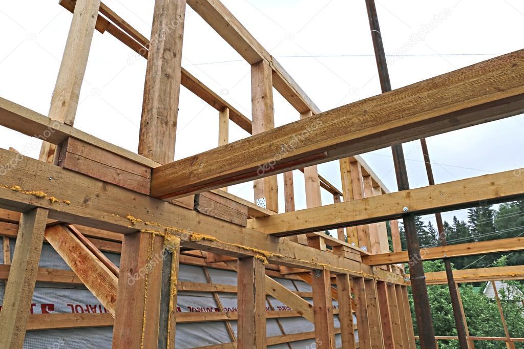 Installation av trä balkar på konstruktion tak fackverk syst ...