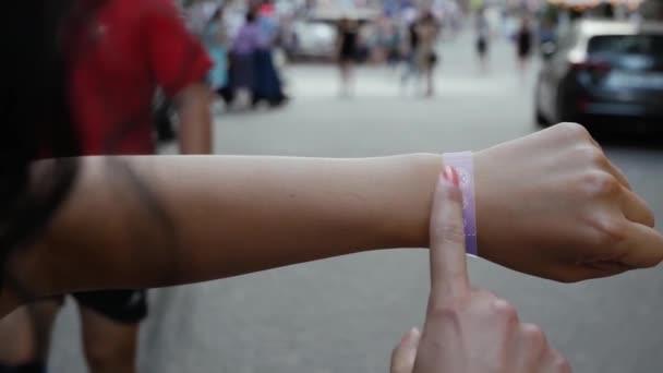 Weibliche Hand aktiviert Hologramm-Pandemie