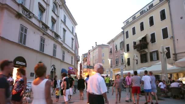 Turisté na promenádě v Rovinj