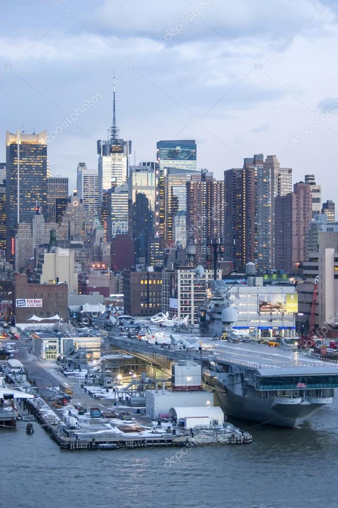 Midtown Manhattan e intrépido — Foto editorial de stock © dellfoto ...
