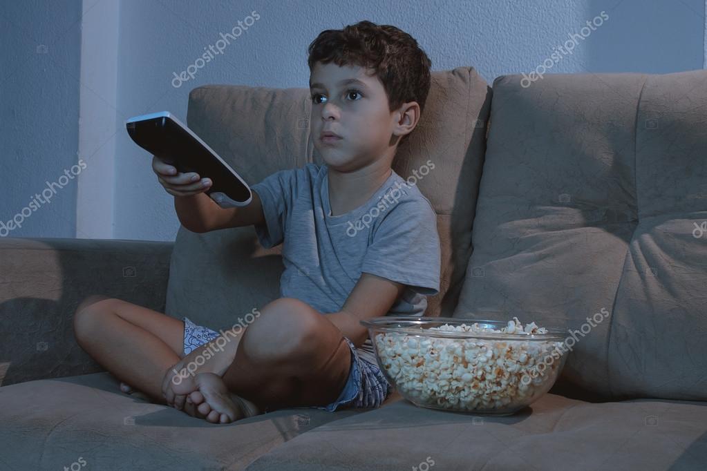 Kleiner Junge Auf Der Couch Vor Dem Fernseher Und Essen Popcorn In