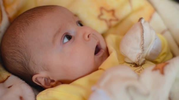 Closeup zívá šťastný novorozeně