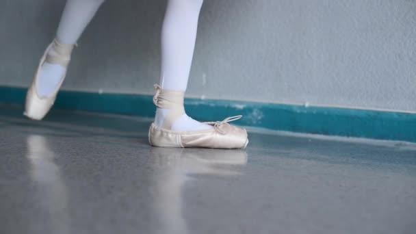 malá baletka klade na pointes v baletní sál
