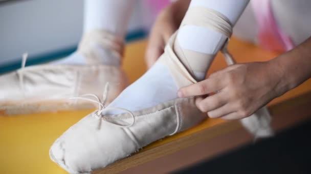 Kleine Ballerina in Spitze im Ballettsaal