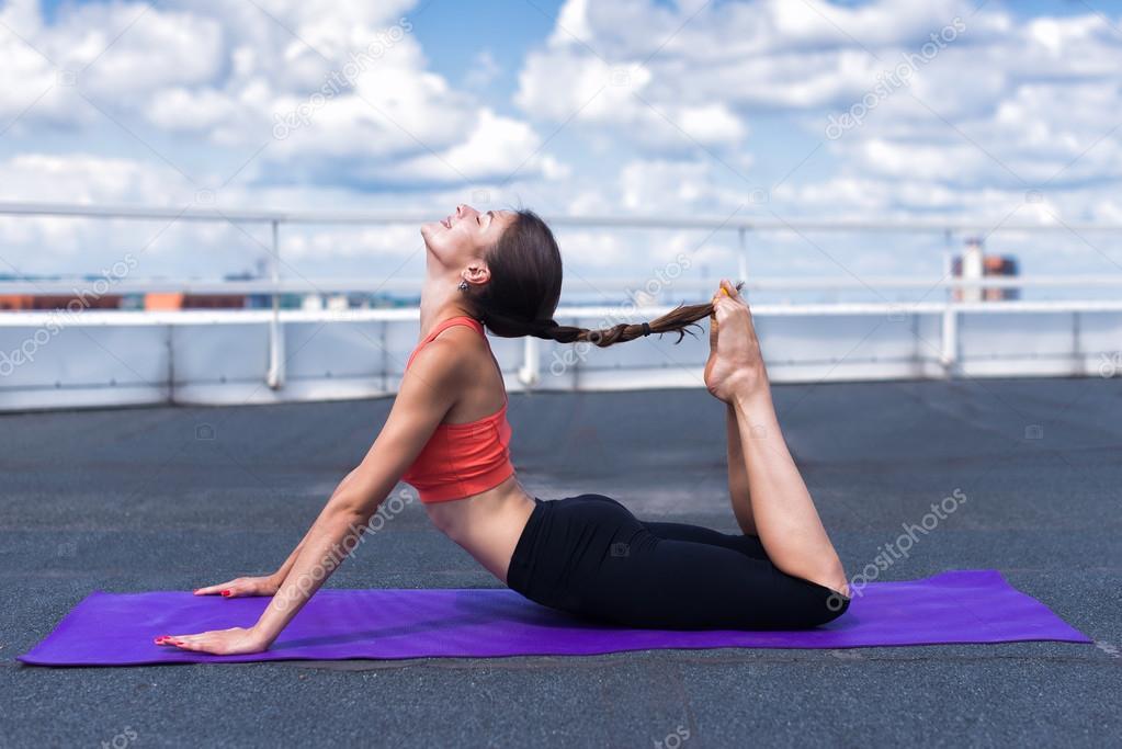Mujer Hermosa Haciendo Un Ejercicio De Yoga En La Terraza De