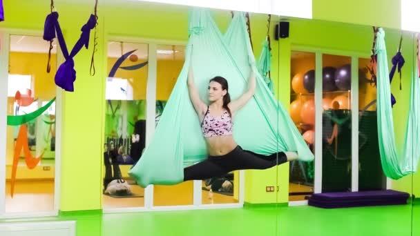 Aerial Yoga oder Yoga in der Luft. Es wird auf einem weichen Stofftrapez geübt.