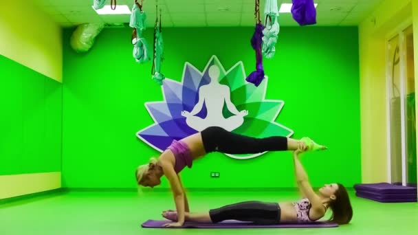 dvojice cvičení jógy pilates v tělocvičně