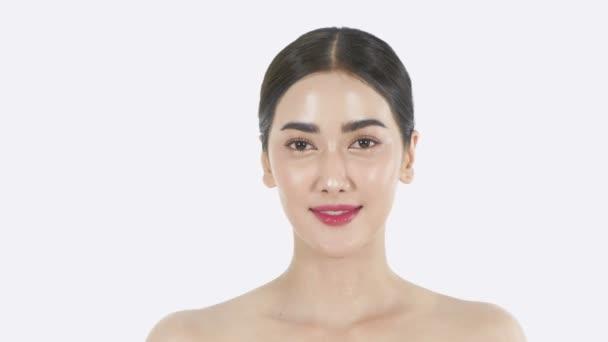 Krásný koncept. Dívka hladící svou tvář na bílém pozadí. Rozlišení 4k.