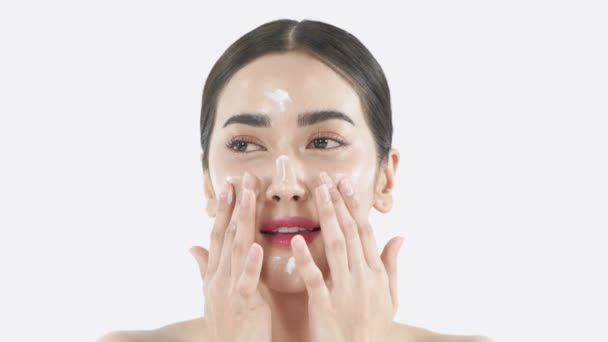 Krásný koncept. Mladá Asiatka si nanáší krém na obličej. Rozlišení 4k.