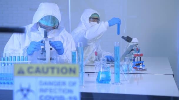 A 4k felbontás kutatási koncepciója. A tudósok védőruházatot viselnek a laborban..