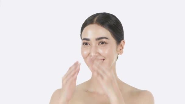 Krásný koncept rozlišení 4k. Asijská dívka posílá polibek na bílém pozadí.
