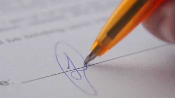 Nahaufnahme eines Mannes, der eine Siedlungsvereinbarung, einen Vertrag oder eine Vereinbarung über die Einstellung und Einstellung, den Erwerb und den Kauf eines Unternehmens, die Anmietung eines Autos oder einer Immobilie unterschreibt.