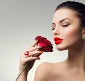Fotografie portrét dívky s červenou růží