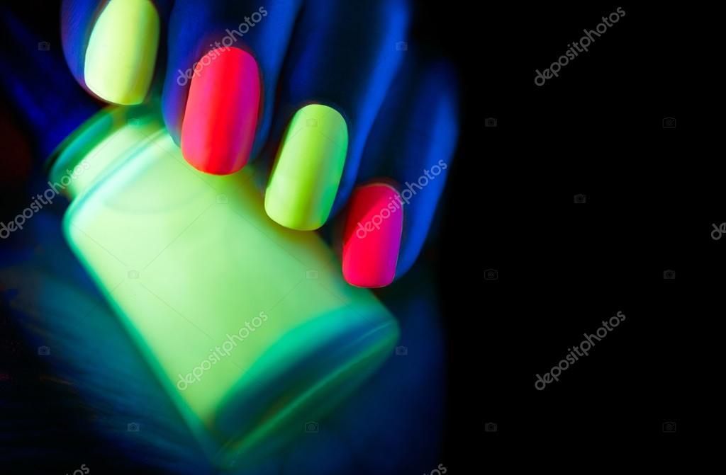 modelo mujer uñas en luz de neón — Foto de stock © Subbotina #123317712