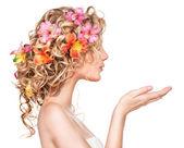 dívka s květy účes