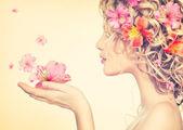 dívka s květinami v rukou