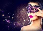 Szexi nő visel karneváli maszk