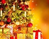 vánoční stromeček s dárky.