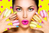 Mädchen mit bunten Make-up und Makronen