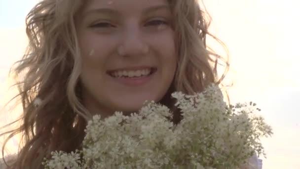 dívka, vonící kytice
